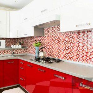 Яркая глянцевая красно-белая кухня со столешницей из камня
