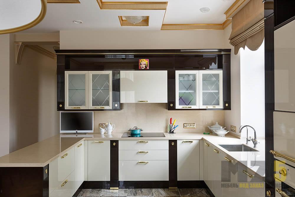 Классическая глянцевая кухня п-образной конфигурации