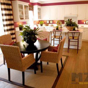 Классическая белая островная кухня с обеденной зоной
