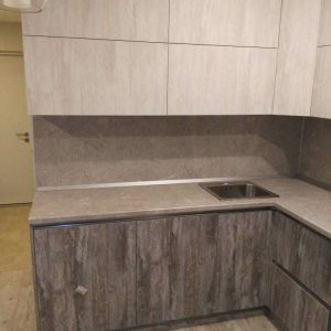 Ультрасовременная минималистичная угловая кухня в серых тонах с фасадами без ручек