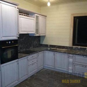 Большая угловая кухня серого цвета под старину со столешницей из искусственного камня