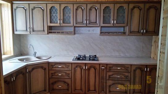 Строгая классическая угловая кухня из массива дерева