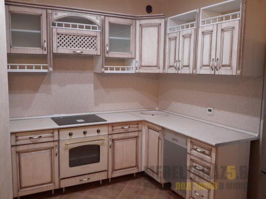 Угловая классическая кухня пастельного розового цвета