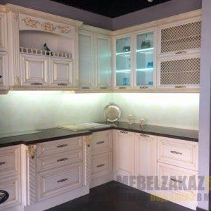 Строгая кухня прованс с патиной г-образной формы