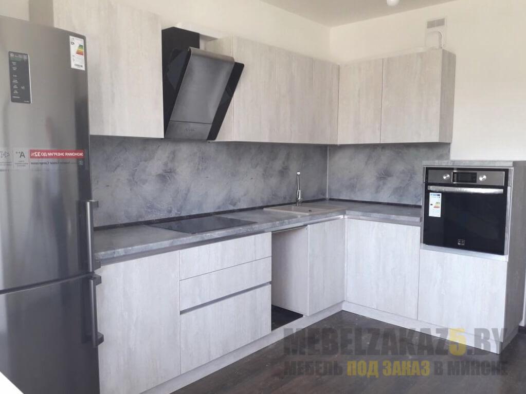 Угловая кухня в стиле минимализм светло-серого цвета со столешницей из искусственного камня