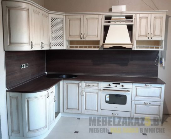 Кухня прованс с фасадами белого цвета и черной столешницей