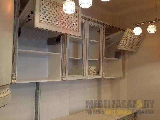 Кухня прованс маленького размера с фасадами под старину