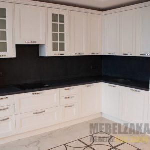 Современная белая угловая кухня с черным фартуком и столешницей