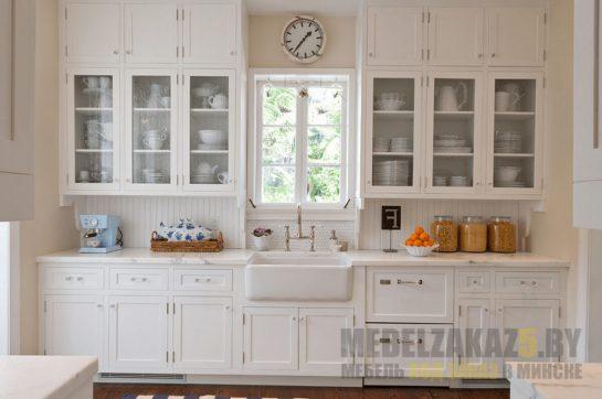 Белая кухня под потолок прямой конфигурации в классическом стиле