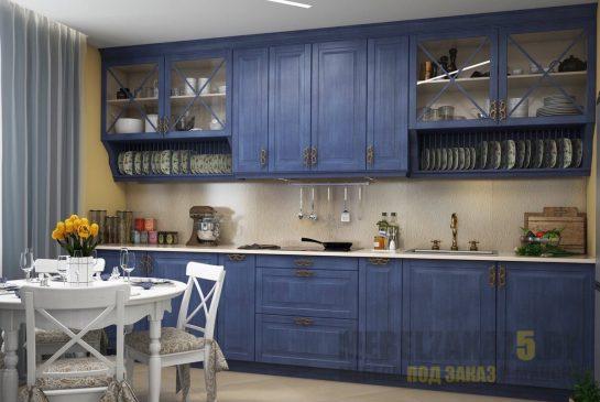 Классическая кухня со встроенной техникой синего цвета под старину