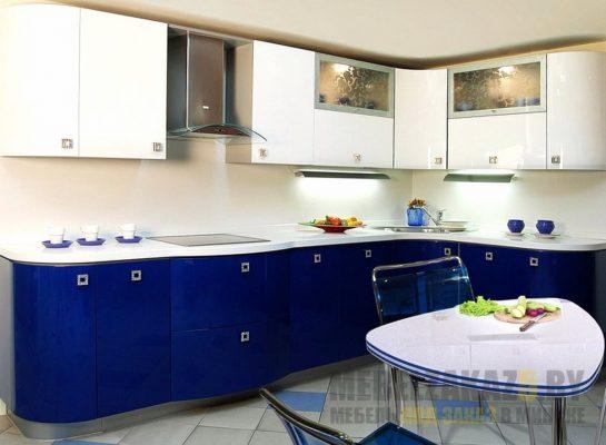Современная выпуклая угловая кухня бело-синего цвета
