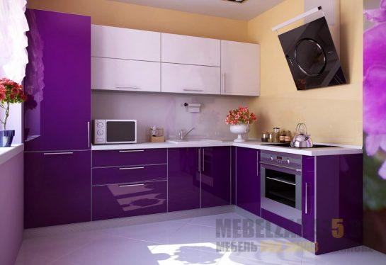 Угловая глянцевая кухня фиолетового цвета с белыми навесными шкафчиками
