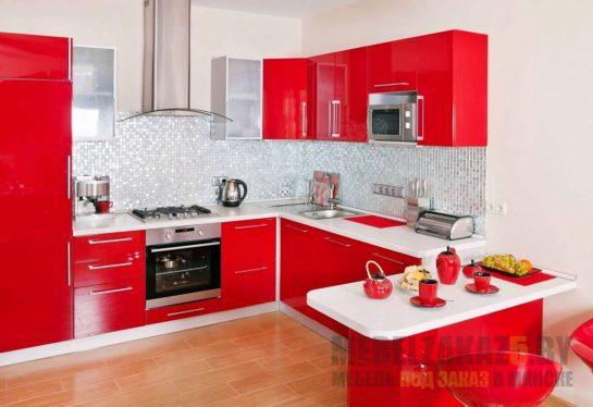 Яркая красная п-образная кухня с белой столешницей