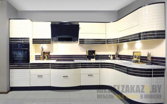 Угловая кухня черно-бежевого цвета с выпуклыми фасадами