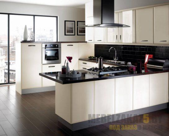 П-образная кухня в современном стиле из МДФ с черной столешницей