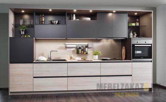Небольшая линейная кухня в современном стиле с матовыми фасадами бежево черного цвета