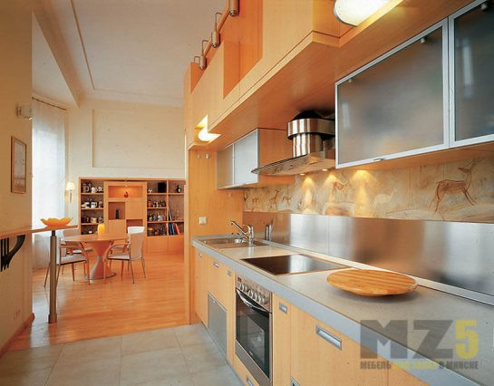 Яркая линейная кухня из шпона в оранжевом цвете