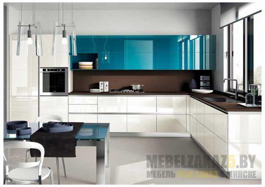 Большая угловая глянцевая кухня из пленочного МДФ в бело-голубом цвете