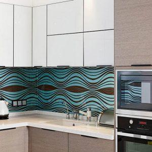 Кухня из шпона в двух цветах со скинали и встроенной техникой