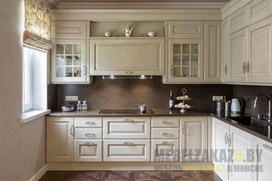 Угловая кухня бежевого цвета со строгими формами