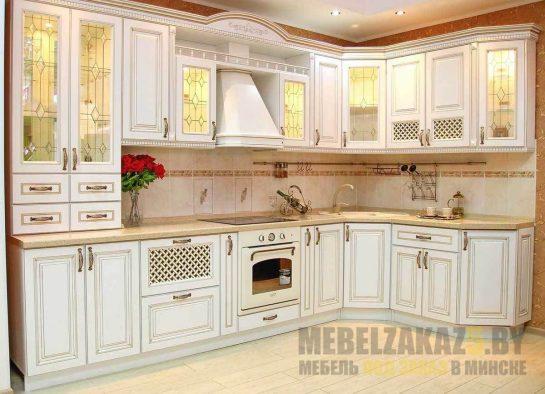 Кухня прованс со стеклянными фасадами