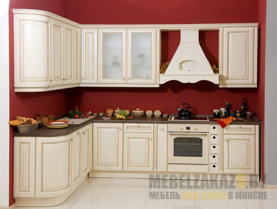 Угловая бежевая кухня в классическом стиле