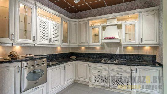 Угловая кухня в стиле прованс светло-серого цвета с подсветкой