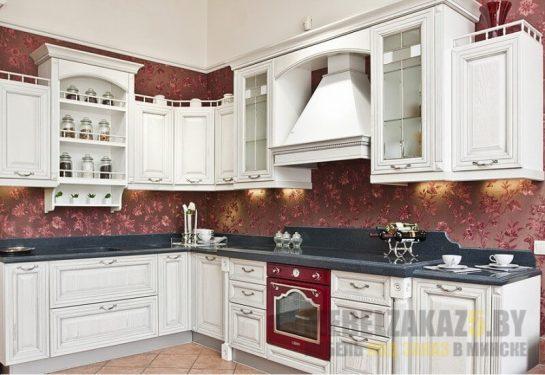 Белая кухня в стиле прованс с каменной столешницей