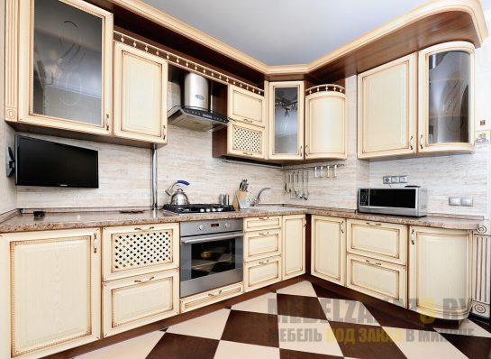 Бежевая угловая кухня прованс с патиной