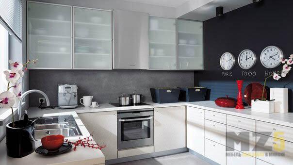 Светлая бежевая кухня п-образной конфигурации в современном стиле