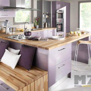 Акриловая П-образная кухня сиреневого цвета со встроенной техникой