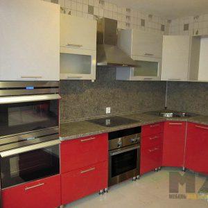 Современная кухня угловой формы с красными нижными и белыми верхними шкафчиками