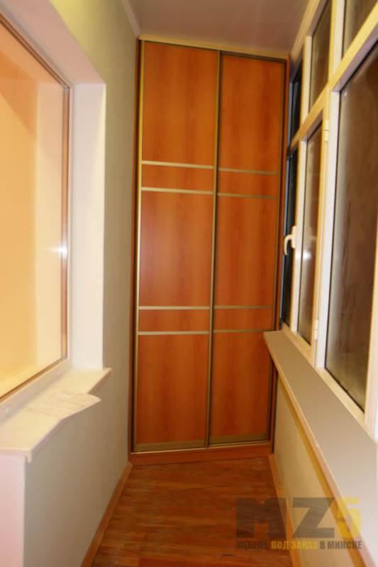 Узкий шкаф-купе из ДСП на балкон