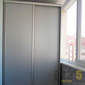 Матовый двухдверный шкаф-купе на балкон