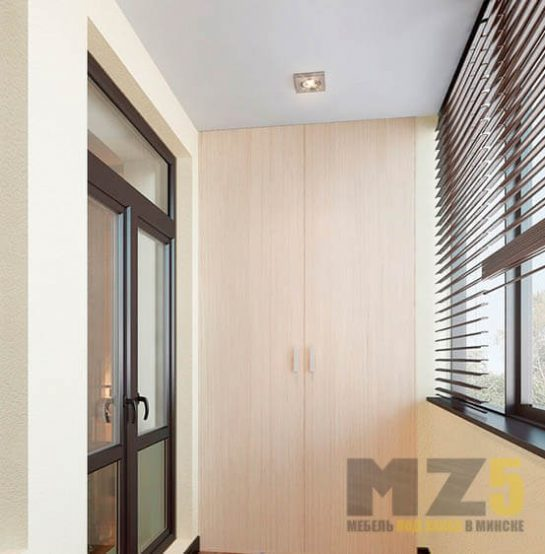 Встроенный светлый распашной шкаф на балкон