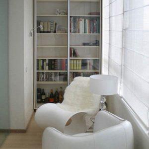 Встроенный шкаф-купе для балкона со стеклянными дверями
