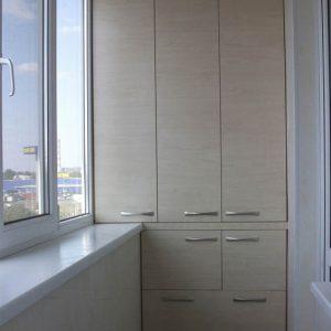 Встроенный распашной шкаф из МДФ на балкон в светлых тонах