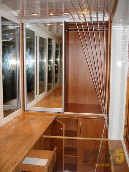 Встроенный шкаф-купе на балкон с зеркальными дверями