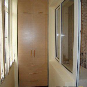 Узкий распашной шкаф на балкон из ДСП с выдвижными ящиками