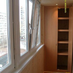 Встроенный распашной шкаф из МДФ на балкон