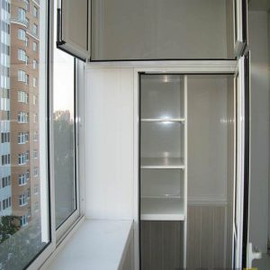 Белый распашной шкаф на балкон с полками