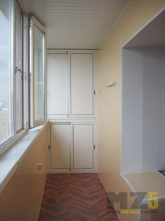 Встроенный белый шкафчик на балкон