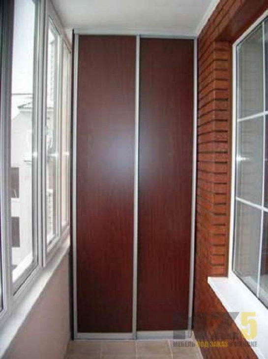 Узкий встроенный шкаф-купе для балкона