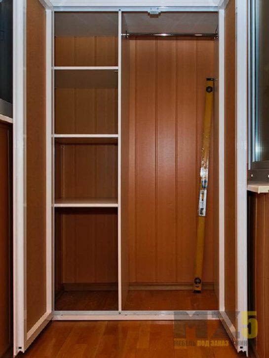 Распашной шкаф на балкон из МДФ коричневого цвета