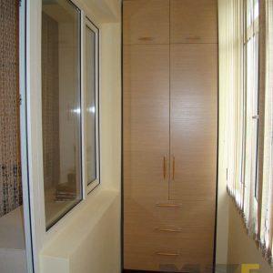Узкий распашной шкаф на балкон из МДФ