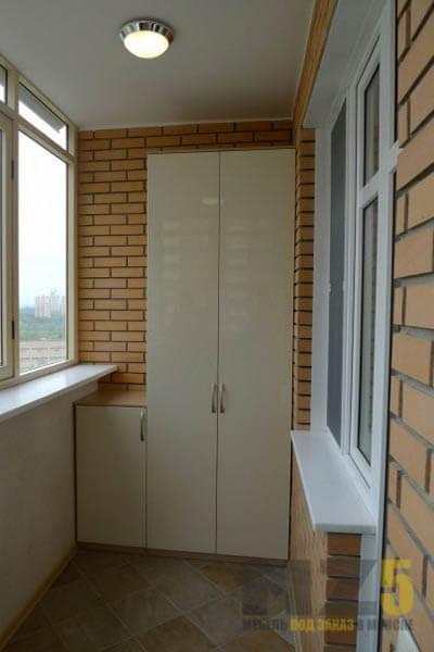 Узкий распашной шкаф на балкон в белом цвете