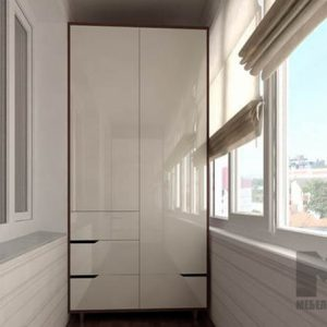 Распашной шкаф без ручек с глянцевыми фасадами на балкон