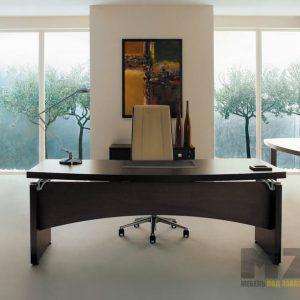 Офисный стол из дерева в кабинет руководителя