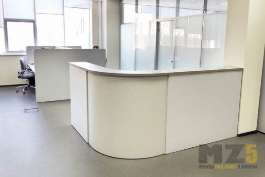 Стойка и стол из белого МДФ для офиса