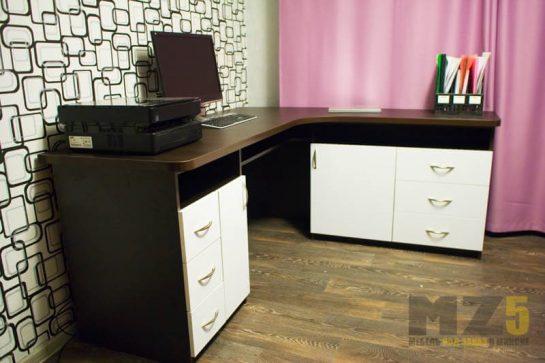 Угловой компьютерный стол с белыми приставными тумбочками